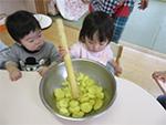 スイートポテト作り♪食べ物や保育士のすることに興味津々!上手に真似て挑戦したよ♪ 0歳児